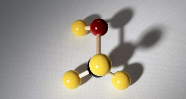 O metanol é um líquido que a madeira solta ao ser destilada