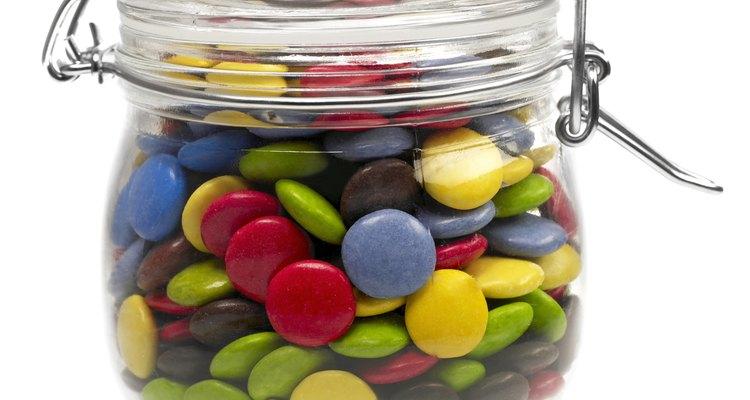 Acercamiento de un frasco con dulces.