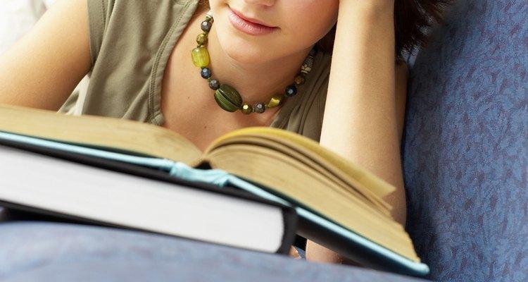 Comece um projeto comparando e contrapondo dois livros ao escolher as obras, um autor ou um tema primeiro, depois os livros apropriados