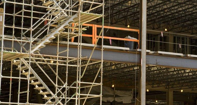Los andamios ayudan a los trabajadores a alcanzar de forma segura y trabajar por encima del nivel del suelo.