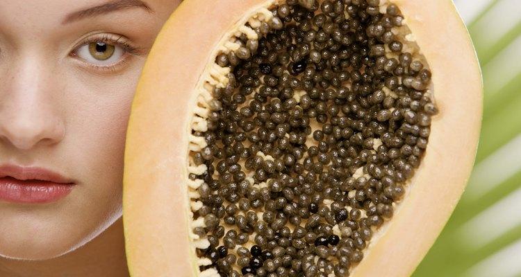 As sementes do mamão papaia são pequenas e numerosas