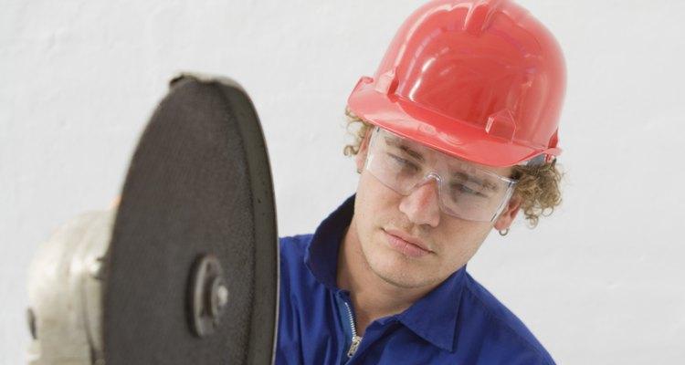 A afiadora angular é bem útil para polir concreto com resíduos de argamassa