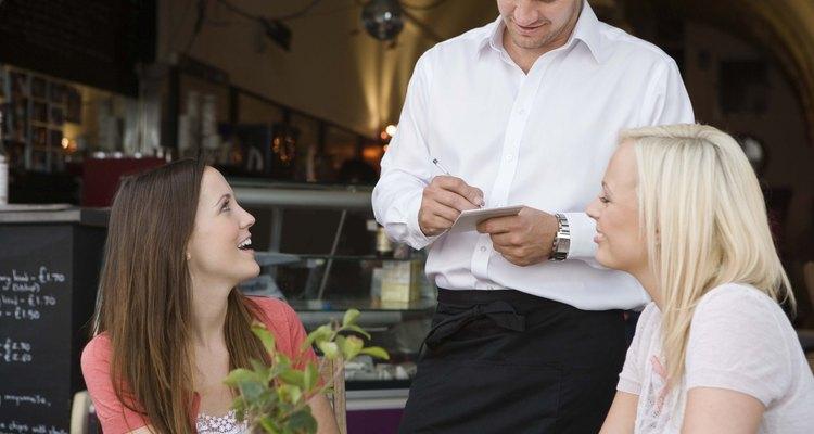Los camareros y las camareras ganan gran parte de sus ingresos de propinas del cliente.
