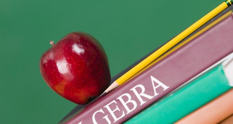 Livros didáticos de álgebra geralmente contêm problemas que lidam com as raízes de números ou variáveis