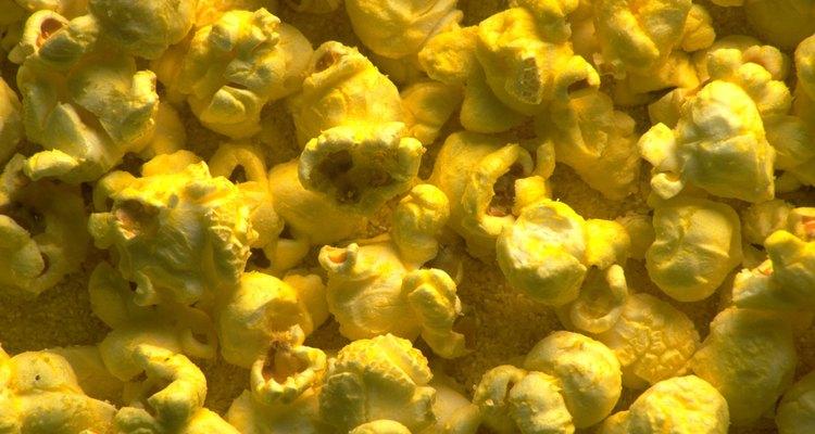 Las palomitas de maíz pueden dejar manchas aceitosas de mantequilla sobre la tela.