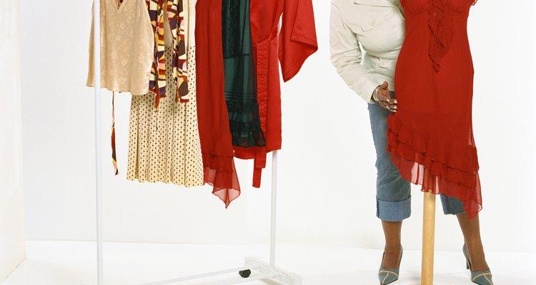Usa colores lisos y evita los estampados grandes y llamativos.