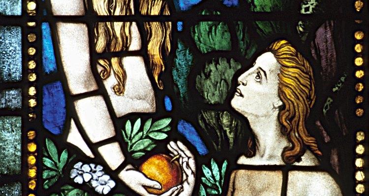 Adán y Eva en un vitral de una iglesia.