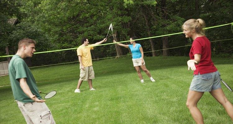 Montar uma rede de badminton em seu quintal é fácil