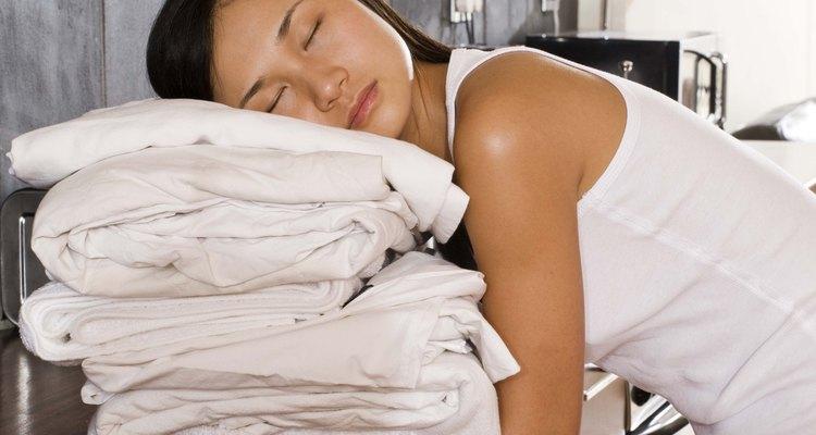 Hay algunas cosas que puedes hacer para evitar que tus sábanas blancas queden grises.