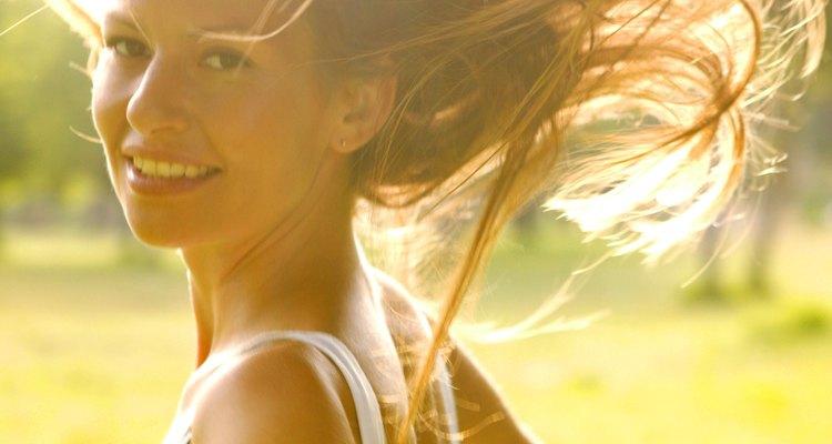 Livres ao vento, longos e dourados, assim são os penteados estilo hippie