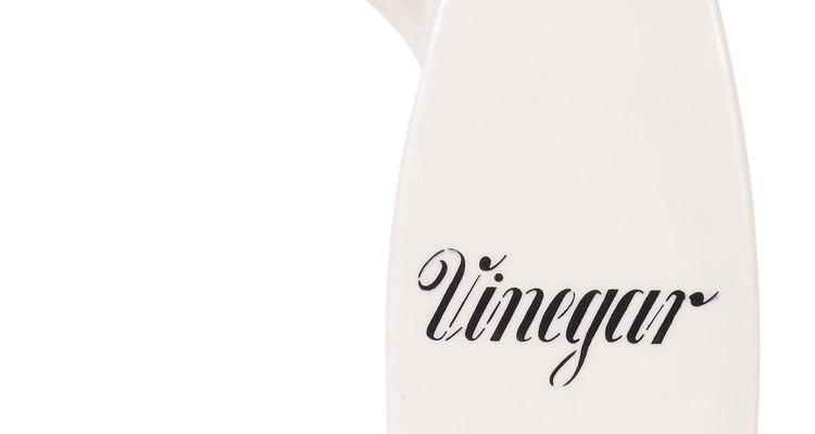 O vinagre é uma ótima maneira de tirar o cheiro de fumaça de suas roupas