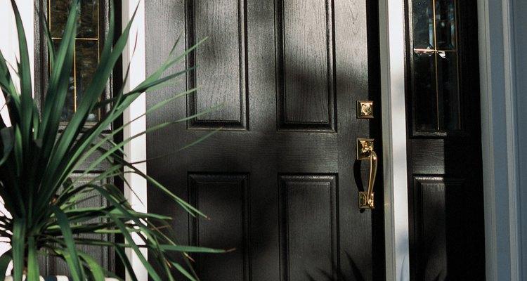 Repara las grietas de una puerta de madera con relleno.