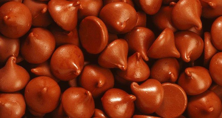 Puede ser difícil que los chips de chocolate se incorporen parejamente a la masa.