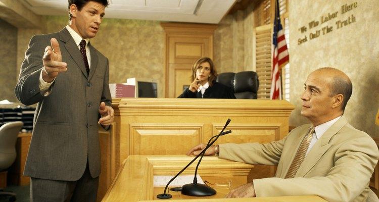 La diferencia entre una acusación y una denuncia penal es que la acusación es una declaración echa bajo juramento y la denuncia penal es sólo una declaración firmada por el acusador.