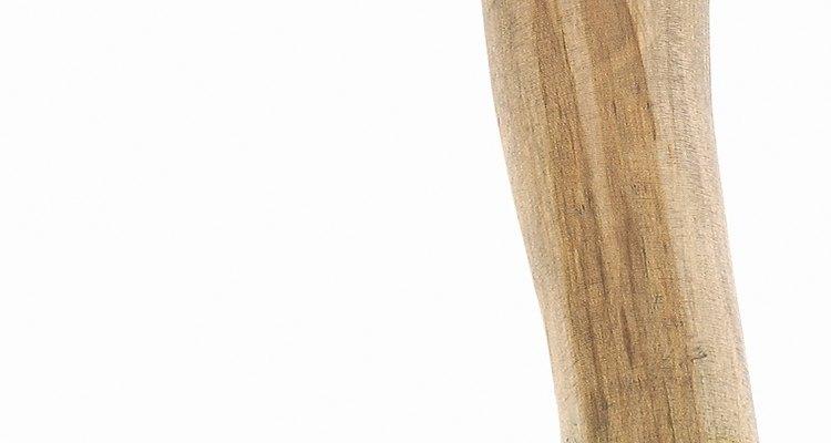 A cabeça do machado é ligada a um cabo de madeira