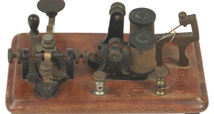 Um antigo sistema eletrônico que utilizava pulsos elétricos para sinalizar caracteres alfanuméricos
