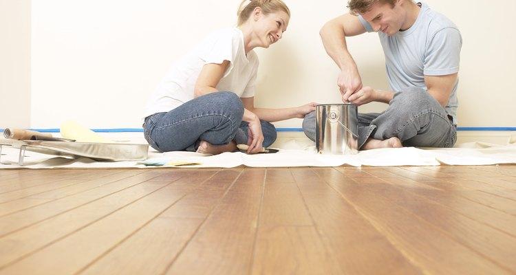Retoca la madera con tinte del mismo color que el piso.