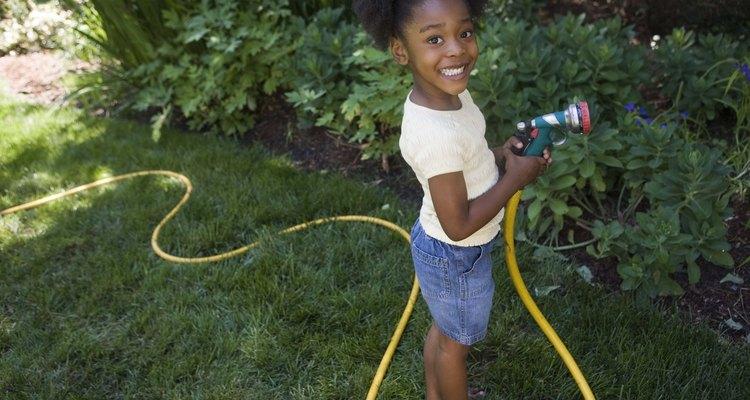Regue o seu jardim rápida e eficientemente com uma nova mangueira de jardim