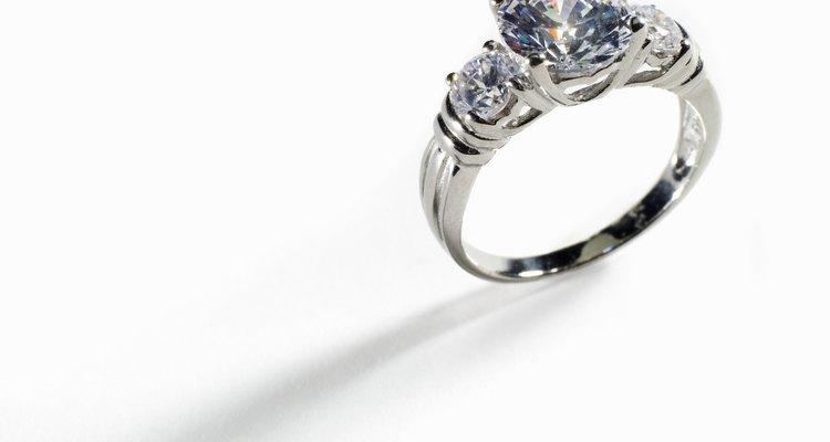 Um anel de noivado, tradicionalmente, significa que a mulher não está mais disponível