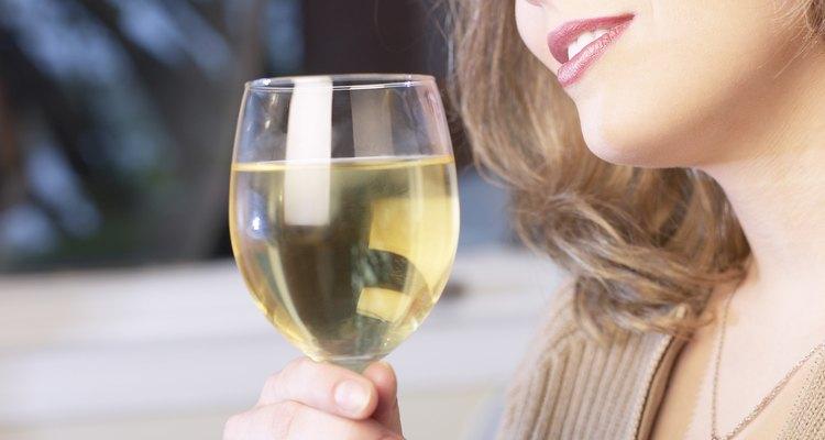 El vino blanco es el ingrediente principal de este exquisito cóctel.