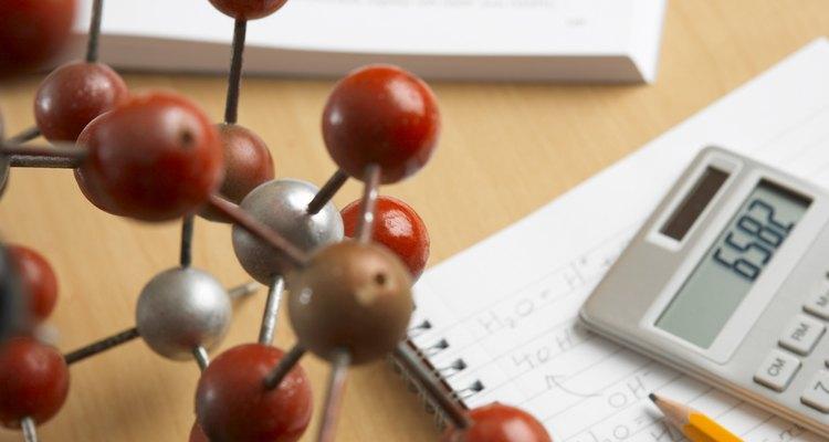 Usa un modelo molecular para determinar la relación entre los elementos en un compuesto.