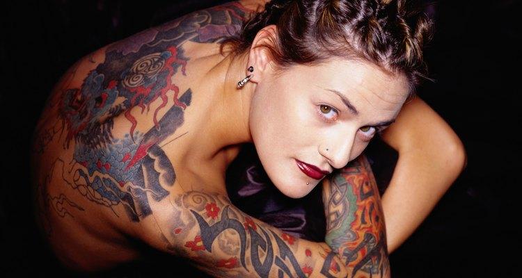Há atitudes que você pode tomar para minimizar a dor da tatuagem