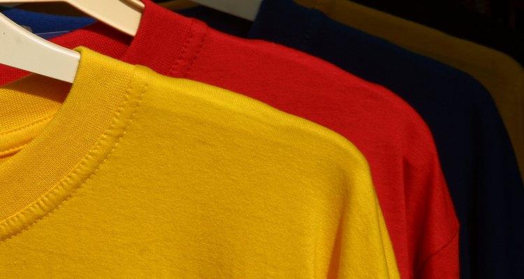 Varias camisetas de colores.