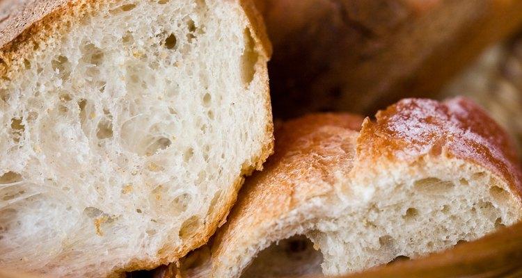 Los panaderos usan la levadura salvaje para el pan de masa fermentada, pero levadura comercial para la mayoría de los panes.
