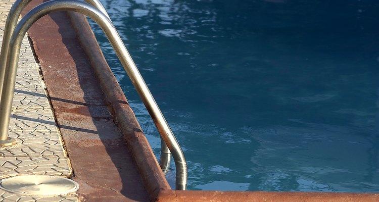 Cómo cubrir una piscina con una pista de baile