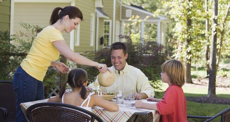 Os carrapatos podem se esconder no cabelo das crianças enquanto elas brincam fora de casa