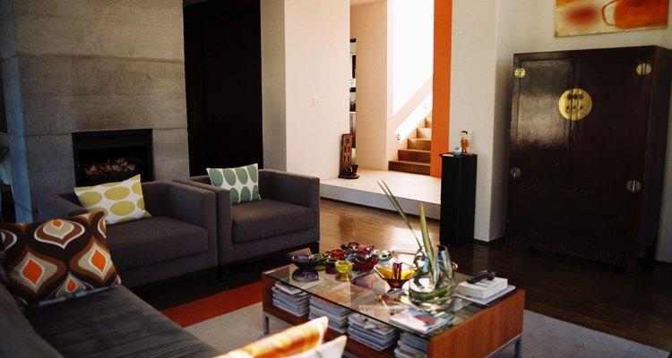 Sala en gris y elementos coloridos.
