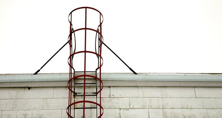 Deben separarse secciones de 50 pies (15 metros) con jaulas o cajas de escalera.