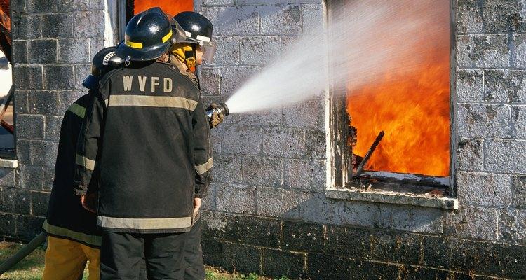 El agua se utiliza para enfriar las superficies ardientes.