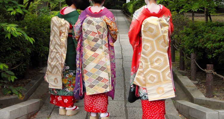 Tres geishas en Japón.