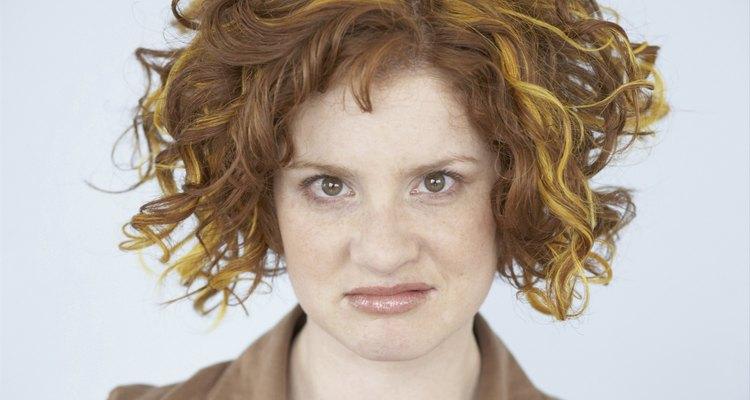 Uma mulher insatisfeita com o tratamento da pintura do cabelo feito em casa