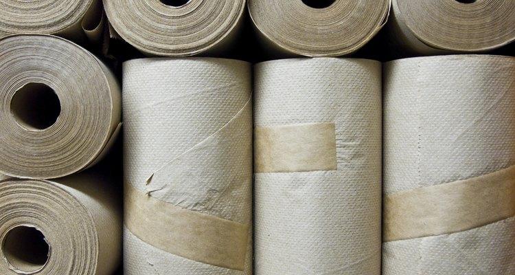 Frota la plancha sobre las toallas de papel varias veces.