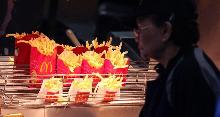 Batatas fritas do McDonald's sob lâmpadas de calor
