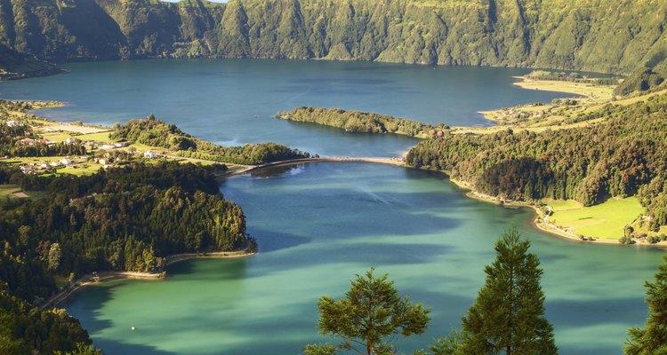 Hay playas agrestes de rocas en las Islas Azores.