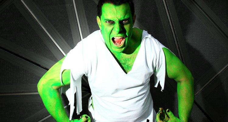 Aplique tinta verde no rosto para se parecer com o Incrível Hulk