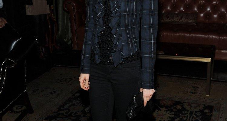 """En la presentación de """"Crack"""", bella Heathcote luce unos pantalones negros con una chaqueta azul marino a cuadros."""