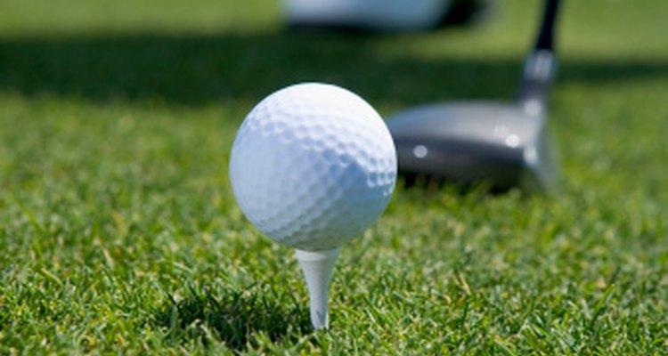 Pon tu pelota de golf en un tee antes de jugar.