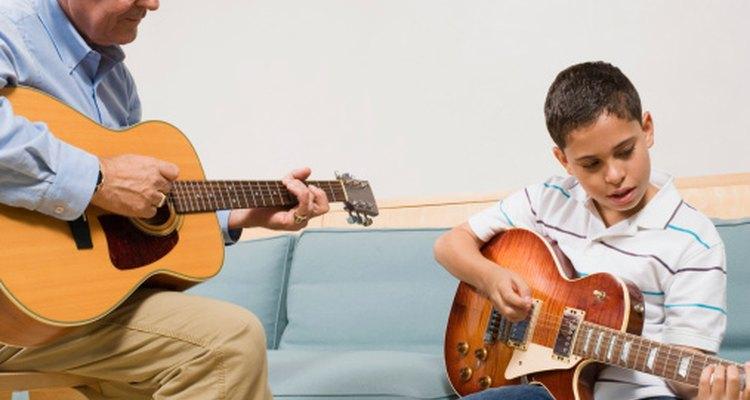 Los niños pueden encontrar el aprendizaje de guitarra difícil a causa del dolor en las yemas de los dedos.