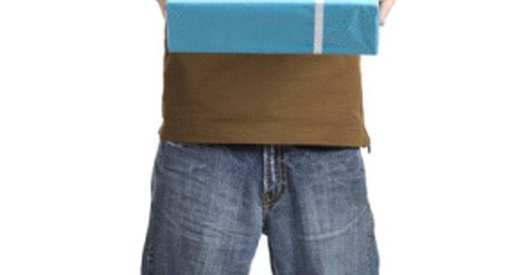 Organiza una actividas de entretenimiento apropiada para el cumpleaños de tu hijo adolescente.