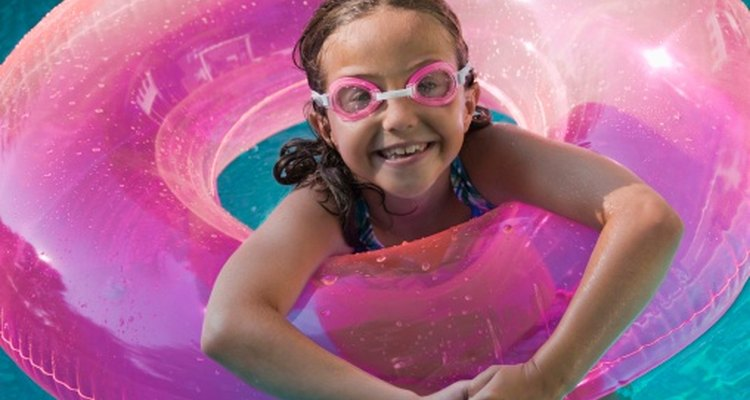 Los juegos acuáticos ayudan a los niños a aprender a nadar.