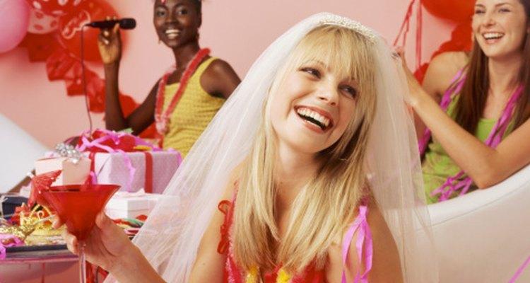 Para la fiesta, escoge decoración femenina o tropical y decora de acuerdo al tema.