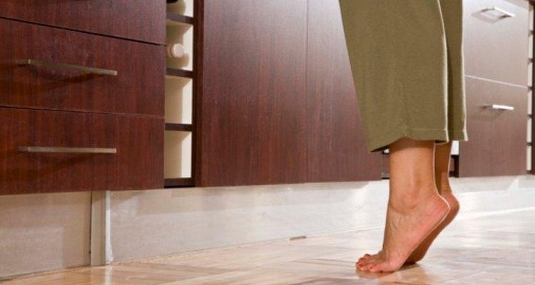El dolor punzante en la articulación del dedo gordo del pie puede hacer que simples actividades se vuelvan complicadas.