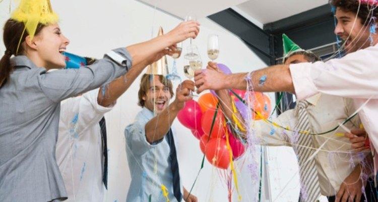 Hasta las fiestas de adultos se ponen más divertidas cuando se juega en grupo.