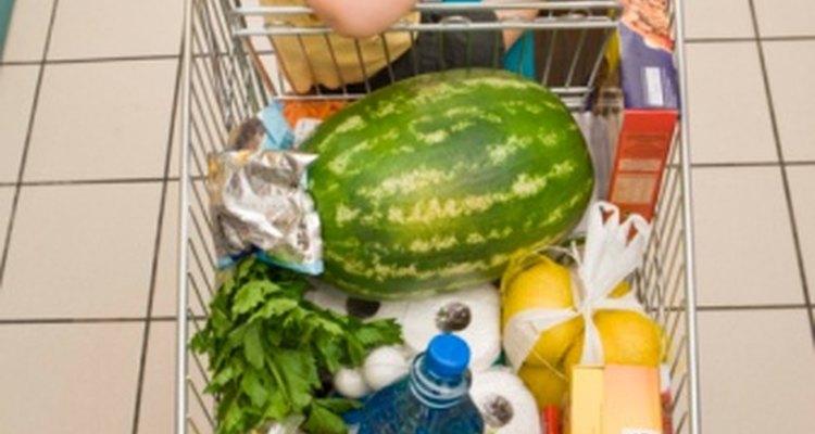Dejar que los niños ayuden con las compras es un buen comienzo para una vida sana.