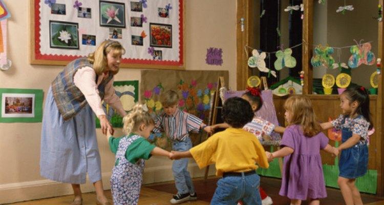 Los niños de preescolar muestran una aptitud para trabajar y jugar en el aula.