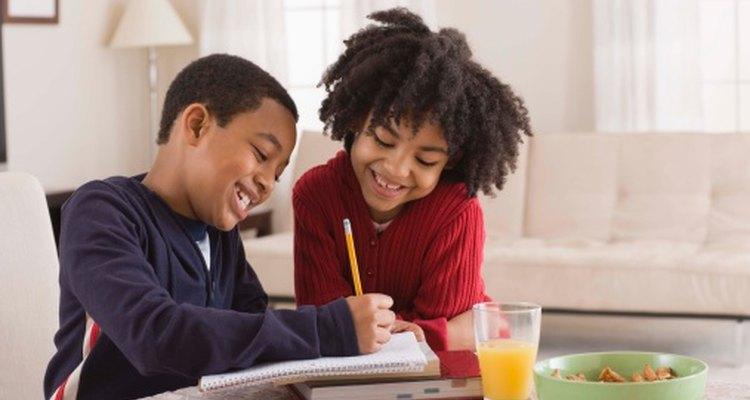 Enriquece tu ambiente escolar complementando tu currículum con juegos que enseñen habilidades de socialización.